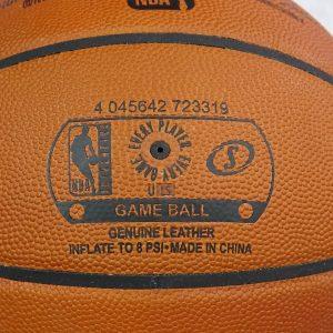 Detalle válvula presión de inflado pelota oficial NBA Spalding